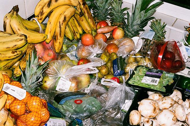 люди утилизация пищевых продуктов с истекшим сроком годности проводил