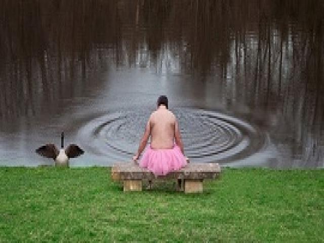 Поначалу я смеялся над этим мужчиной в розовой юбке. Но потом я узнал его историю...