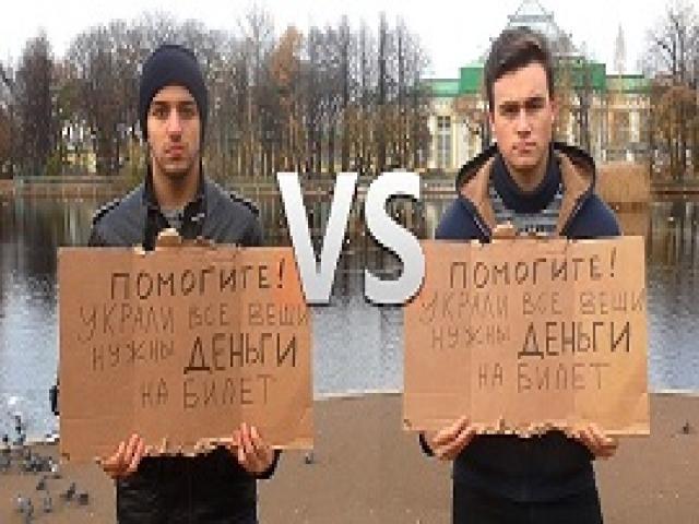 Два парня разной национальности просят о помощи с той же табличкой... Реакция людей поражает!