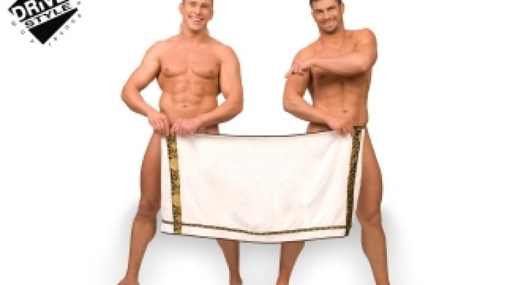 тетя забрала полотенце с душа у парня парень